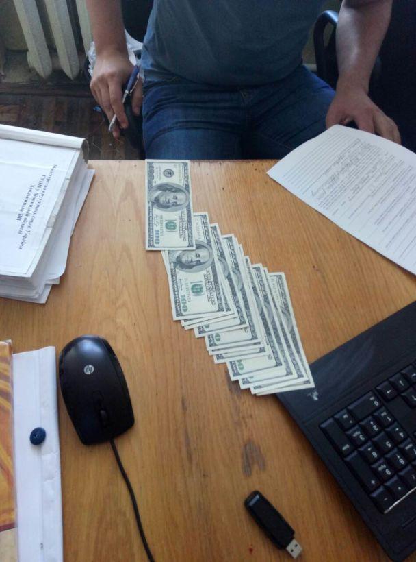 """На Вінниччині за 1500 доларів шахрай хотів """"відмазатися"""" від кримінальної відповідальності"""
