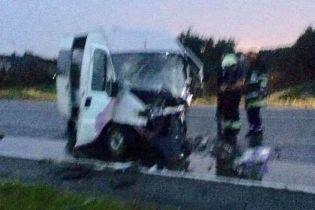 На Львовщине лоб в лоб столкнулись легковушка и микроавтобус: среди пострадавших – пятеро детей