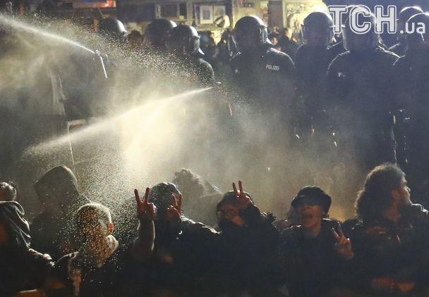 Поджог автомобилей и сидячий протест. Антиглобалисты в Гамбурге не успокоились после саммита G20