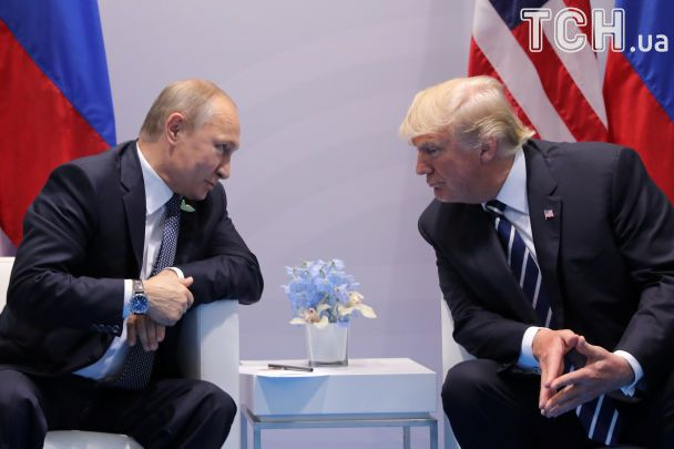 """Фирменные """"тиски"""" Трампа и задумчивый Путин. Фото первой встречи президентов"""
