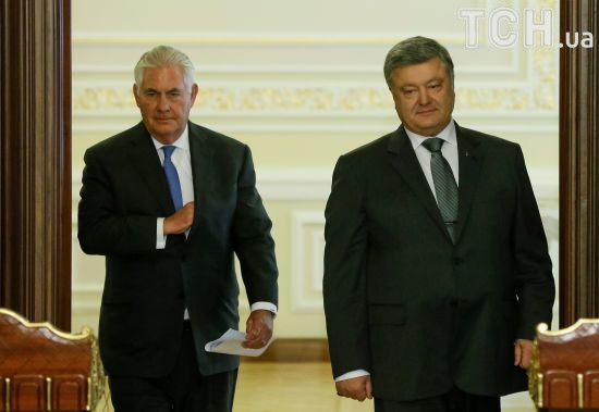 Порошенко і Тіллерсон обговорили подальші кроки для розгортання миротворців на Донбасі