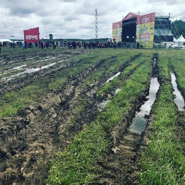 """Російський патріотичний рок-фестиваль потонув у багнюці: фанати не засмутилися і """"купаються"""" в бруді"""