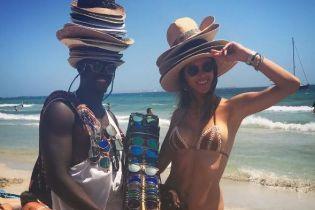 Опять в бикини: Алессандра Амбросио поделилась новыми пляжными фото