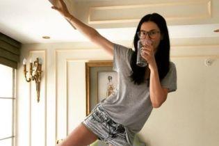 Маша Ефросинина показала стройные ноги в мини-шортах
