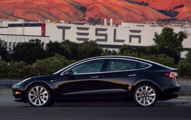 Маск показав фото першого серійного електрокару Tesla Model 3