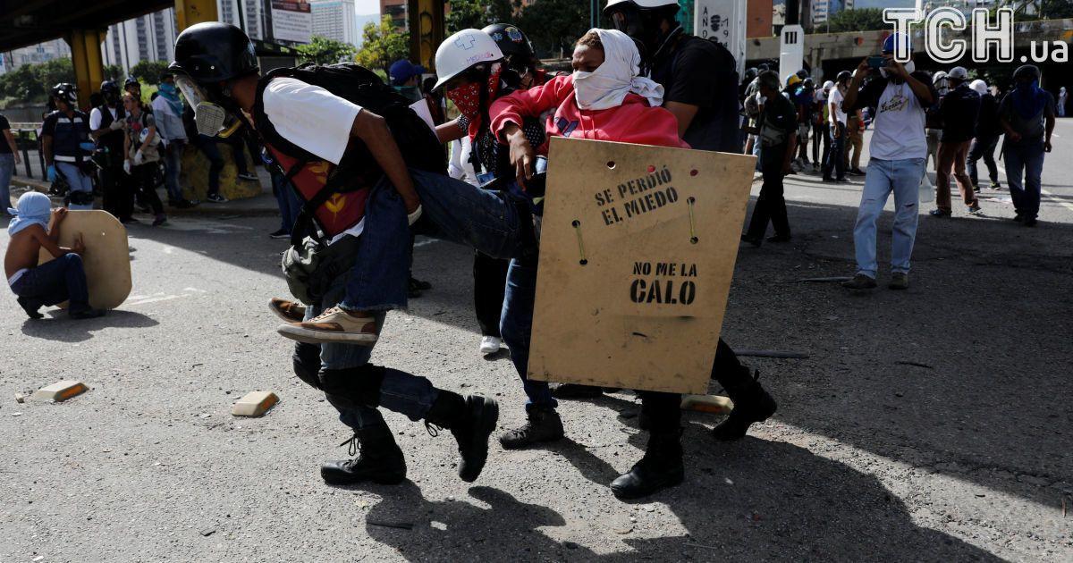 Фото протестів у Каракасі @ Reuters