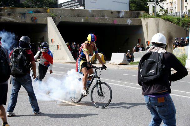 """""""Коктейлі Молотова"""" і кийки поліції. У Каракасі 100 днів протестують проти уряду Мадуро"""