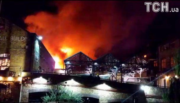 Наодному знайбільших ринків уЛондоні спалахнула сильна пожежа