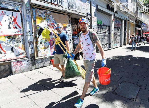 Жители Гамбурга семьями вышли убирать город после демонстраций