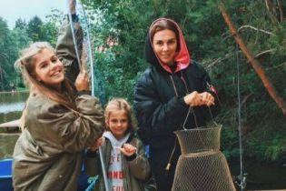 Не такая, как всегда: Анна Седокова съездила с дочками на рыбалку