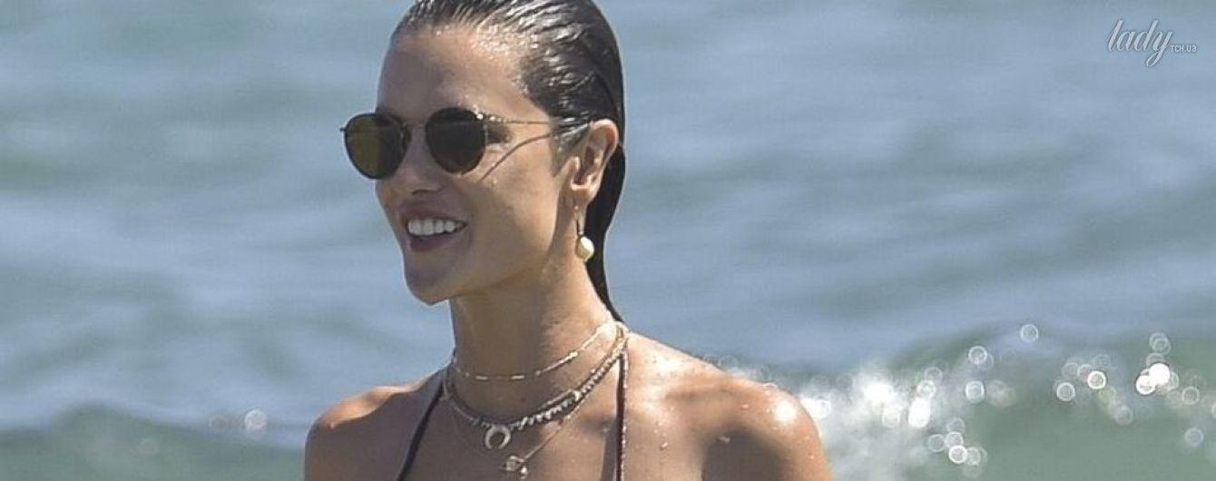 Идеальна со всех ракурсов: Алессандра Амбросио в бикини плещется в волнах на Ибице