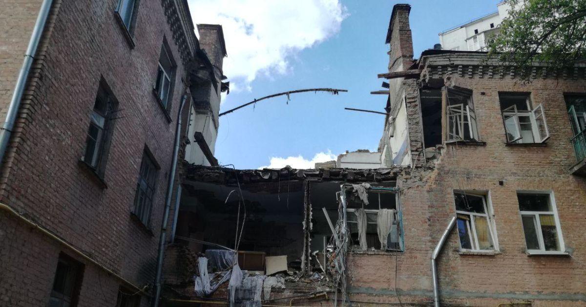 Пожильці шукають вцілілі речі на руїнах будинку
