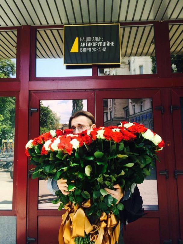 """Журналисты привезли цветы под НАБУ для загадочного """"агента Екатерины"""""""