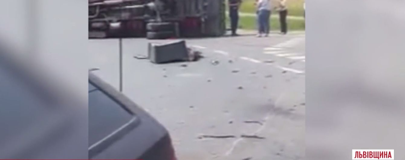 Легковик перекинув вантажівку з дровами на Львівщині