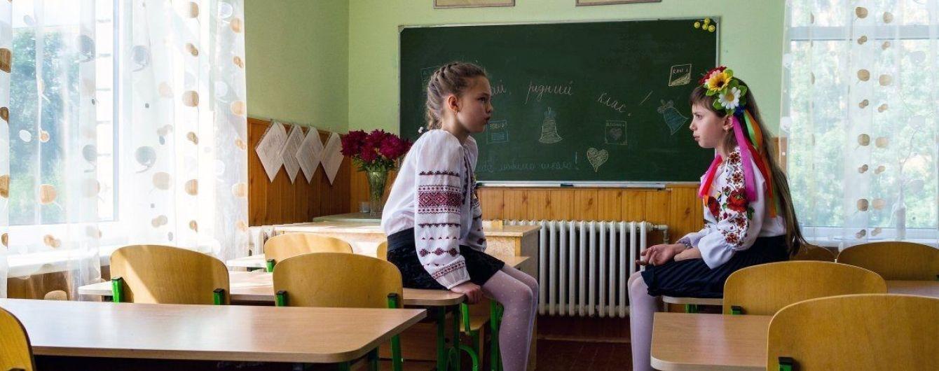 Загадочные мужчины возле киевской школы переполошили родителей во всей столице