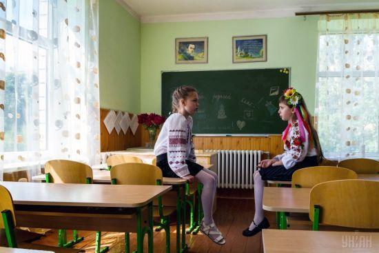 Загадкові чоловіки біля київської школи переполохали батьків у всій столиці