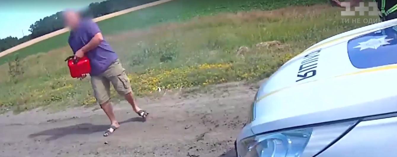 На трассе Киев-Харьков мужчина пытался поджечь сотрудников полиции и их автомобиль