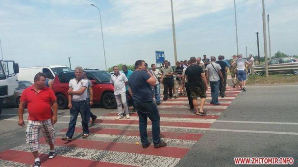 Учасники АТО перекрили ділянку траси Київ-Чоп уЖитомирській області