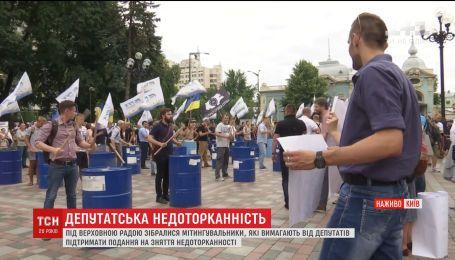Активисты под Верховной Радой бьют палками по бочкам и жгут файеры