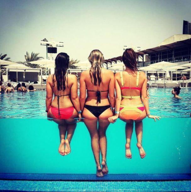 Фото сідниць дівчат у скляних басейнах стали новим трендом у Мережі