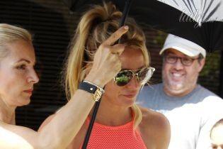 В ярком кроп-топе и мини-шортах: Бритни Спирс сверкнула стройной фигурой