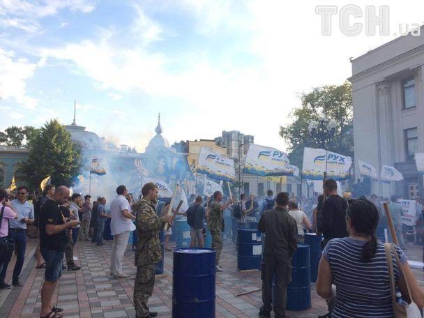 Дим від фаєрів та бій в бочки: активісти закликають зняти недоторканість із нардепів під ВР