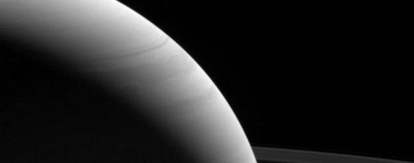 Свет и тьма: NASA показало рассвет на Сатурне