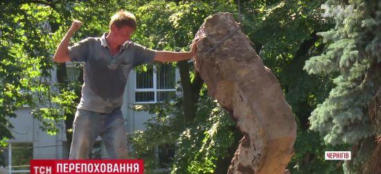 У Чернігові з центрального скверу прибрали могили радянських партизанів