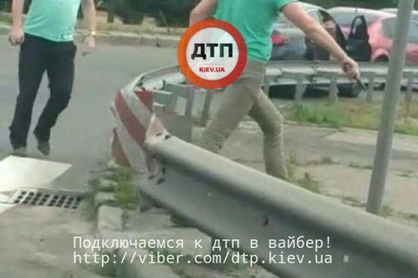 У Києві двоє водіїв не поділили дорогу й з'ясовували стосунки з пістолетом та кастетом