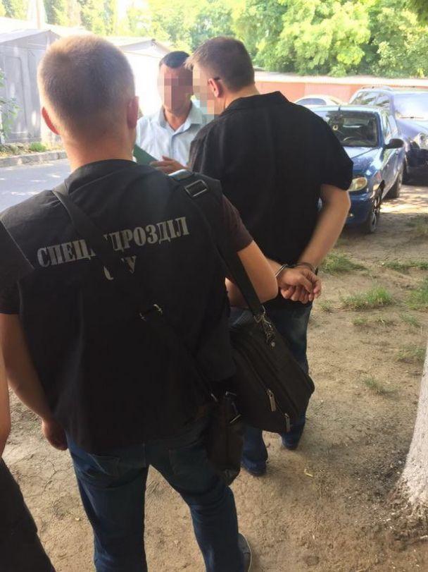 На Одещині затримали поліцейських, які вимагали хабар і погрожували в'язницею