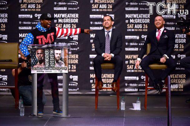 """Макгрегор заявився на першу прес-конференцію з Мейвезером у """"матюкливому"""" костюмі"""