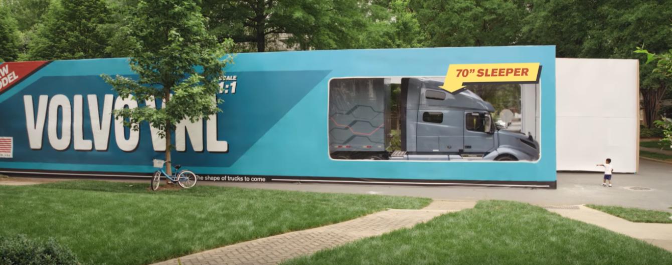 Volvo упаковала настоящий грузовик в коробку