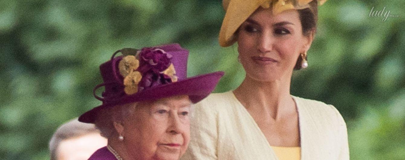 В ярком наряде и шляпе с цветами: королева Летиция на торжественном параде у королевы Елизаветы II