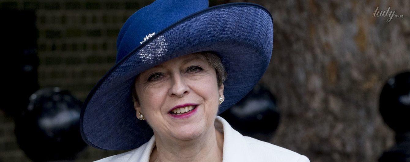 Нарядилась: Тереза Мэй надела на встречу с Елизаветой II платье со смелым декольте и экстравагантную шляпу
