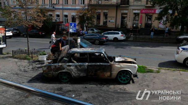 У центрі Києва вибухнув та вщент згорів автомобіль