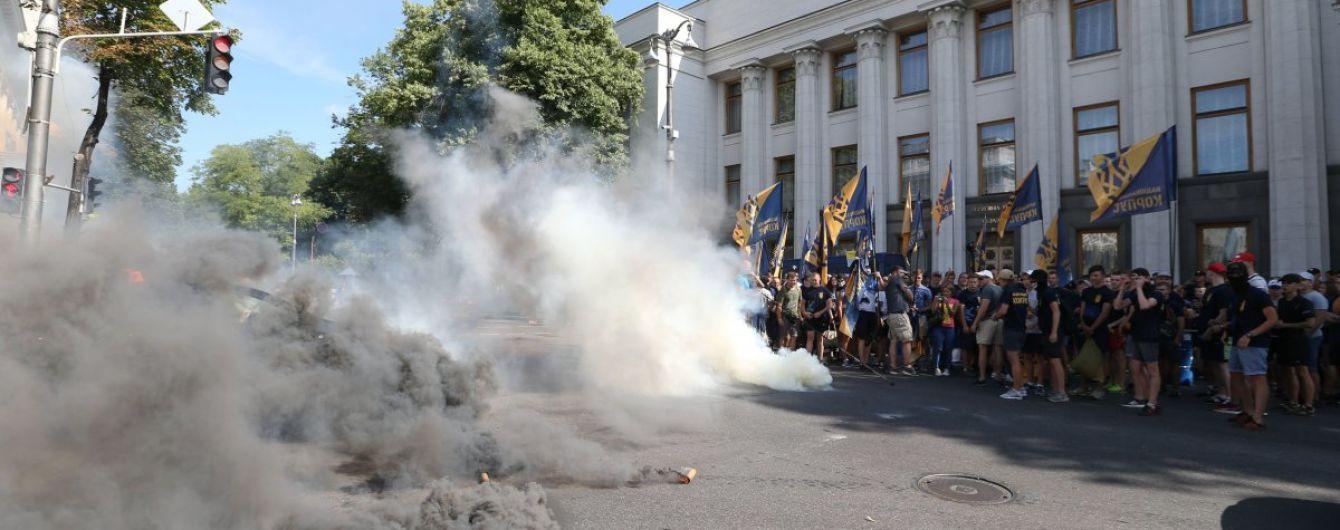 Заблокированные входы и толкотня за мусоровоз: Рада завершает сессию под громкие акции на улице