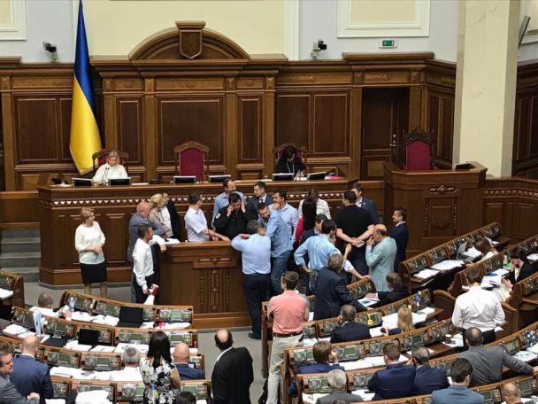 """В Раде заблокирована трибуна. Геращенко сорвалась на крик и назвала нардепов """"фриками"""""""