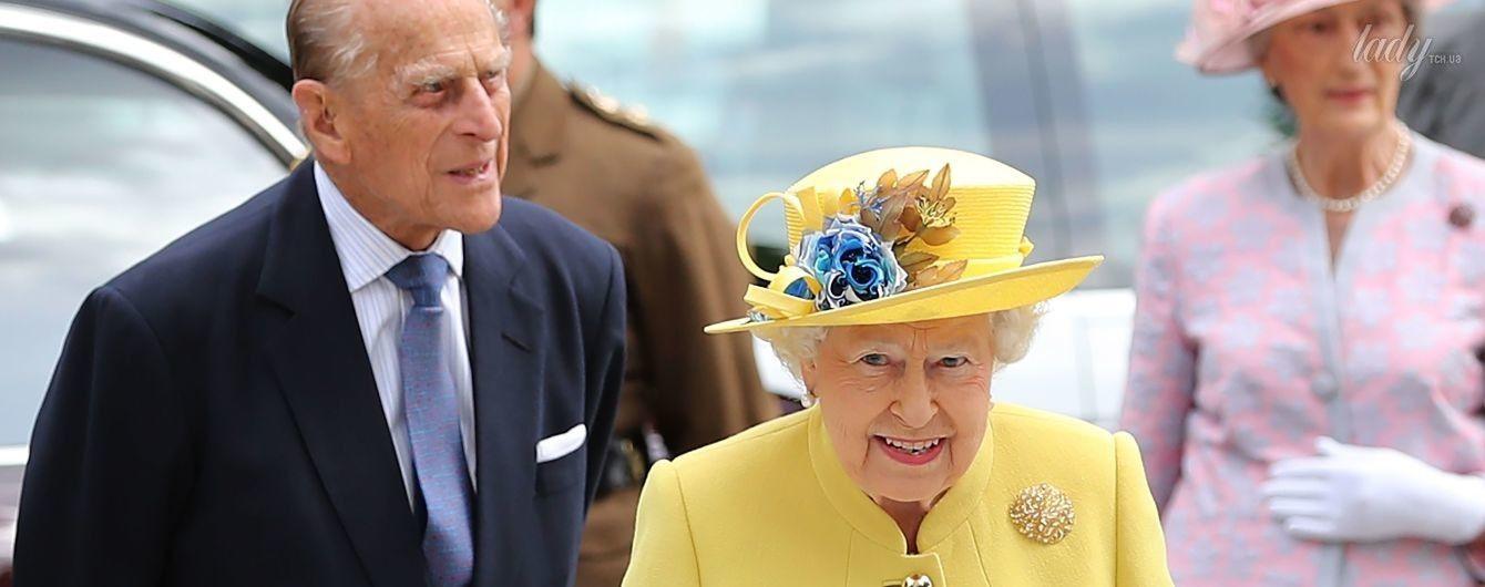Как всегда, яркая: королева Елизавета II снова вышла в свет