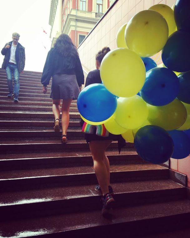 Участницы Pussy Riot поздравили Сенцова под посольством Украины в Москве