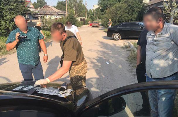 На Днепропетровщине поймали подполковника с взяткой и пилюлями для производства наркотиков