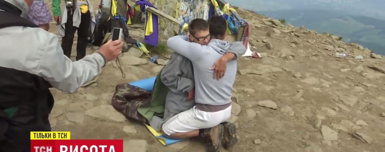 Уникальный подъем: винничанин вынес на собственных плечах друга с ДЦП на Говерлу