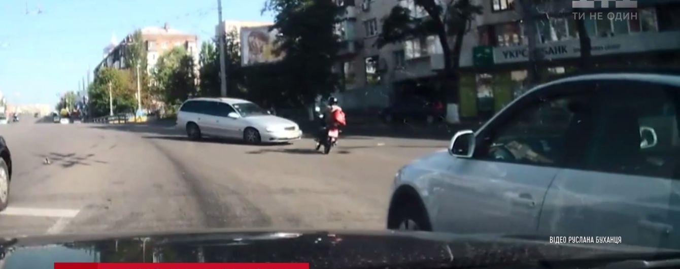 Многократное сальто: в Киеве легковушка подняла в воздух мотоциклиста