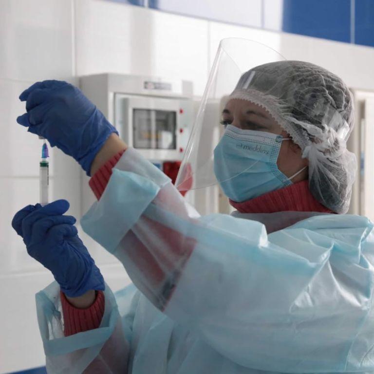 Первые прививки от COVID-19 в Донецкой и Луганской областях: часть доз отдадут на вакцинацию военным