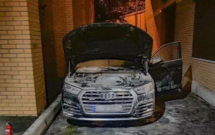 В Киеве двое одесситов подожгли автомобиль предпринимателя