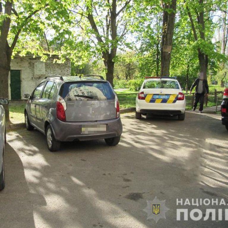 В Киеве мужчина набросился на прохожих с ножом из-за замечания о выгуле собаки