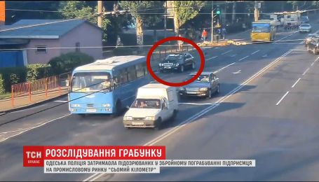 """Одеська поліція затримала чоловіків, які пограбували підприємців на ринку """"7 кілометр"""""""