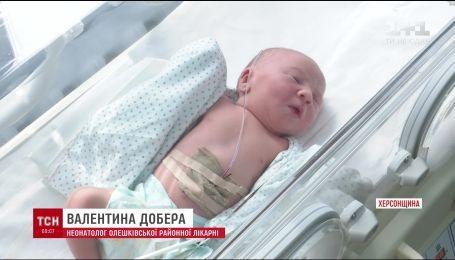 На Херсонщине в траве нашли новорожденного младенца в пакете для мусора