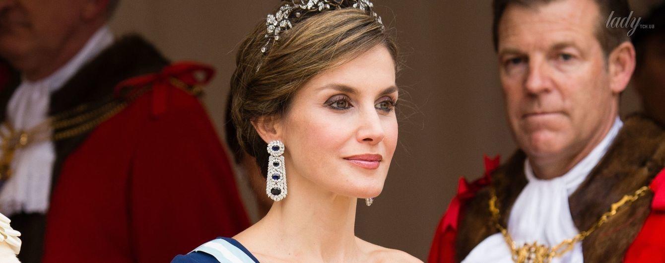 В женственном платье и в огромных серьгах с сапфирами: королева Летиция с мужем на банкете у мэра Лондона