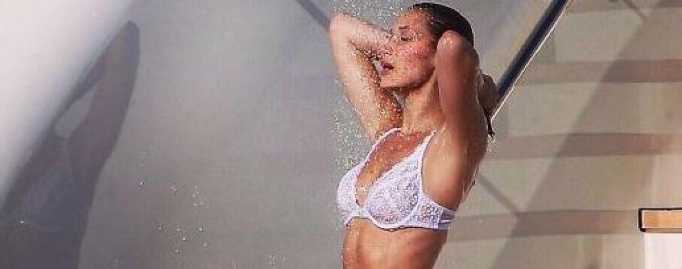Выглядит странно: Белла Хадид сходила в душ в нижнем белье