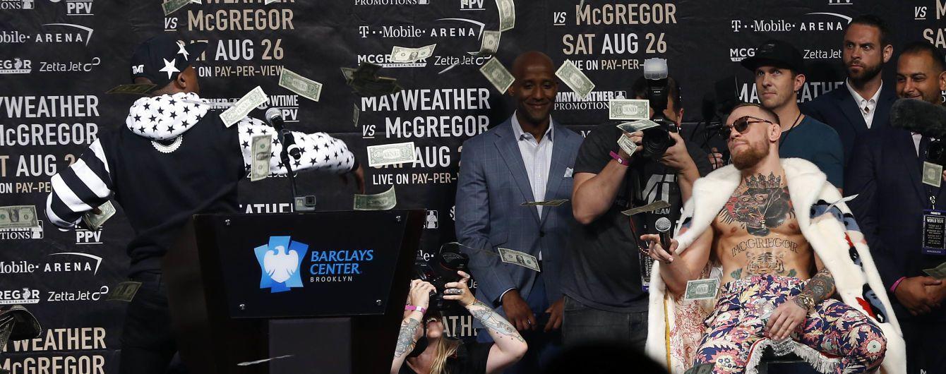 Мейвейзер забросал Макгрегора долларами во время пресс-конференции